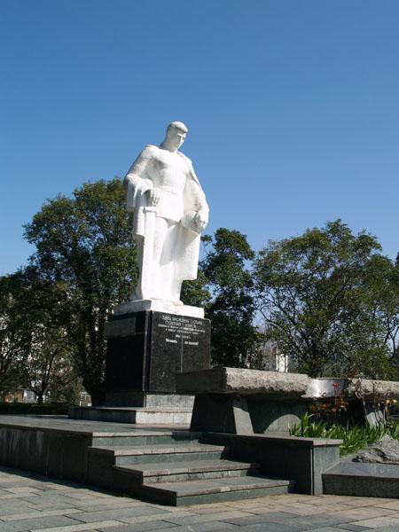 Памятник героям на набережной Диоскуров / Фото из Абхазии