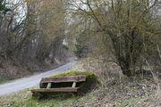 Старая скамейка с видом на деревню / Германия