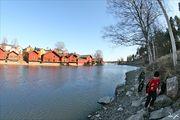 Красные амбары, расположенные вдоль реки / Финляндия