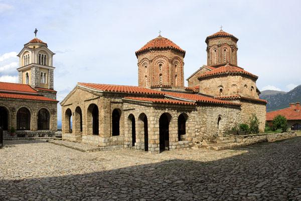 Живописный монастырь Свети-Наум на крутом берегу озера / Фото из Македонии