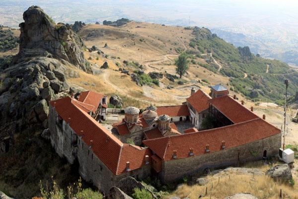 Вид на монастырь Трескавец с вершины Злато, Македония / Фото из Македонии