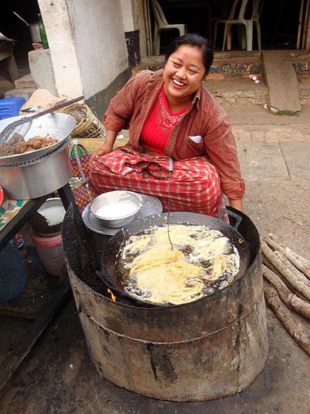 Приветливая бирманка / Фото из Мьянмы