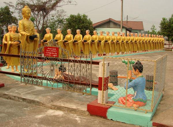 Очередь монахов у небольшого храма в Тачилейке / Фото из Мьянмы
