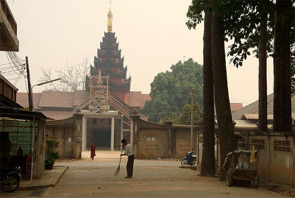 Дворник в Бирме / Фото из Мьянмы