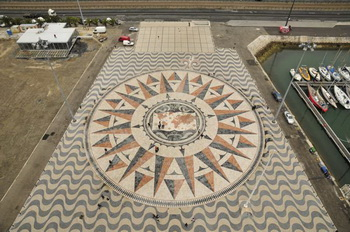 У памятника Первооткрывателям / Португалия