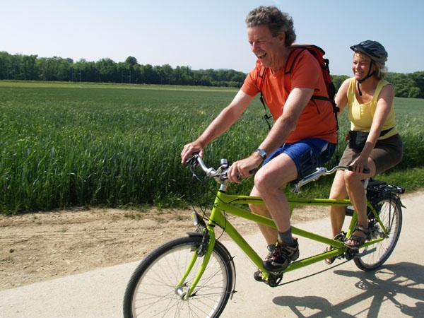 Велосипед-тандем - забавное испытание для семейных пар / Фото из Швейцарии