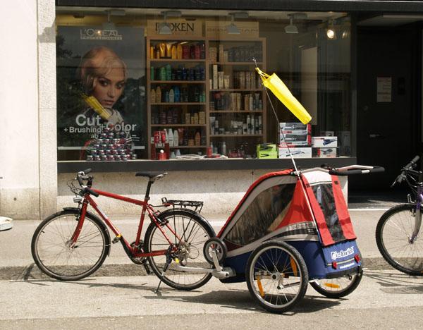 Коляска для детей, прицепленная к велосипеду / Фото из Швейцарии