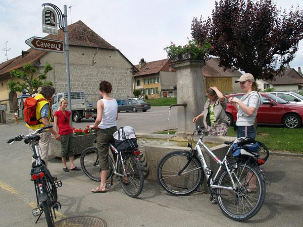 Группа велосипедистов на привале. Вода в фонтане питьевая / Фото из Швейцарии