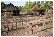 Девочка бежит навстречу машинам / Эфиопия