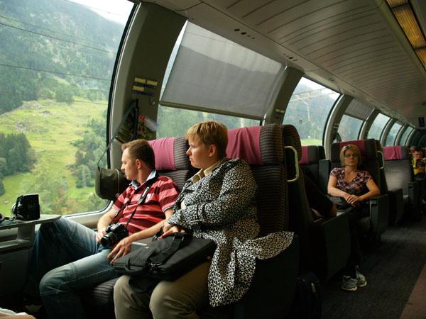 Вагон первого класса в швейцарском панорамном поезде / Фото из Швейцарии