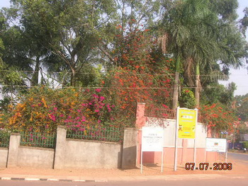 Уганда. Ограда посольства Руанды / Руанда