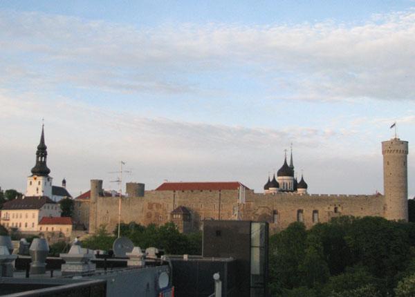 За крепостной стеной - старый средневековый город Таллина / Фото из Эстонии