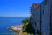 Окна камер нависают над берегом / Франция