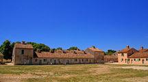 Ярко-синее небо и густо-рыжие стены казарм / Франция