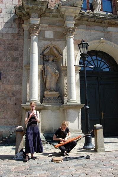 Музыканты у входа в собор Святого Петра в Риге / Фото из Латвии