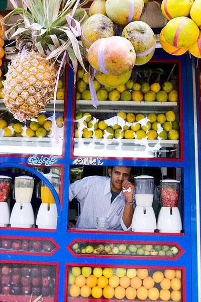 Продавец вкусных смесей из выжатых овощей и фруктов, Сана / Фото из Йемена