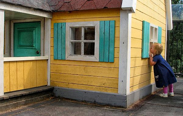 В окошко домика Карлсона можно заглянуть / Фото из Швеции