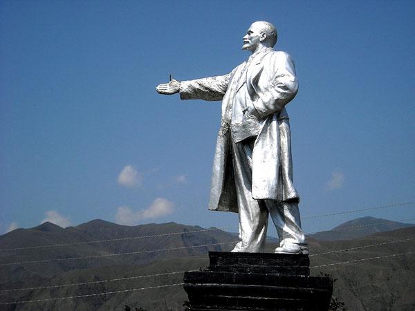 Ленин подаёт руку горцам, Ахты / Фото из России