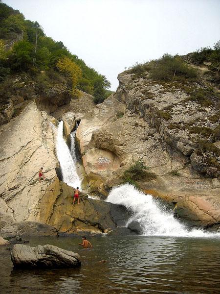 Ханагский водопад - популярное место отдыха дагестанцев / Фото из России