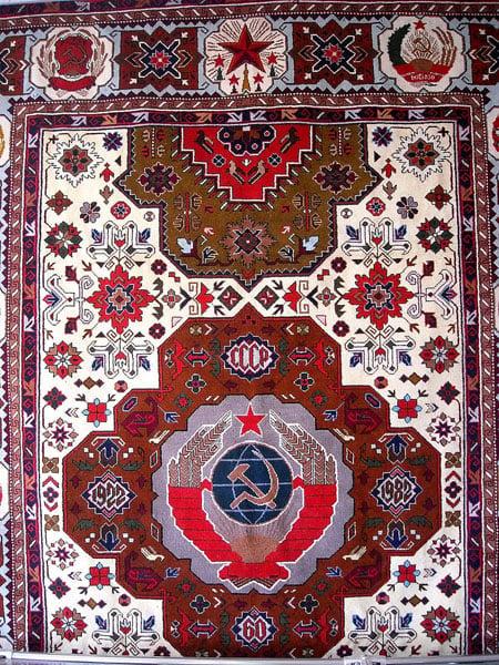 Ковёр с вышитым гербом СССР, Кубачи / Фото из России