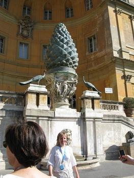 Двор сосновой шишки / Ватикан