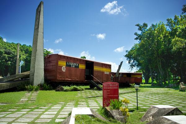 Монумент из сохранившихся вагонов бронепоезда Батисты, Санта-Клара / Фото с Кубы