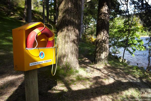 Спасательный круг у озера в долине Глендалох / Фото из Ирландии