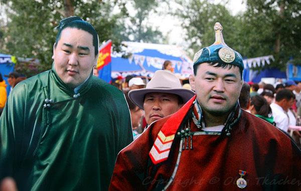 Можно сфотографироваться на память с кумирами монголов - чемпионами по борьбе / Фото из Монголии