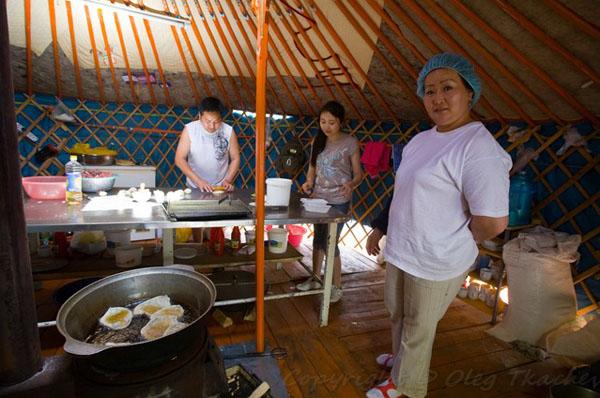 Можно зайти в юрту-кафе и перекусить хушурарами, Монголия / Фото из Монголии