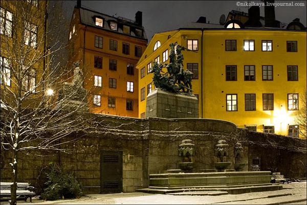 На крыше красного дома в центре на заднем плане - дом Карлсона, Стокгольм / Фото из Швеции