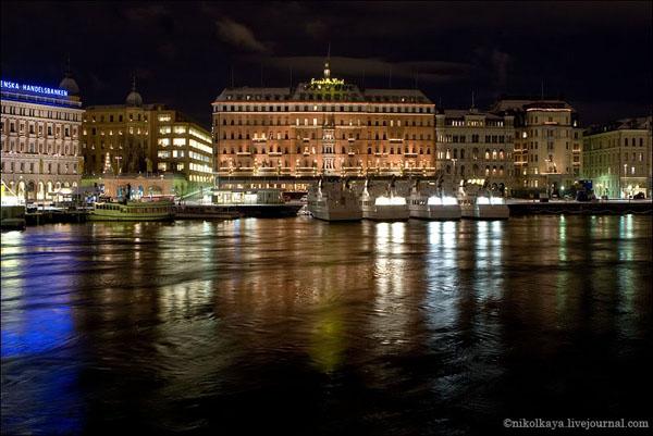 Набережные Стокгольма вечером невероятно нарядные / Фото из Швеции