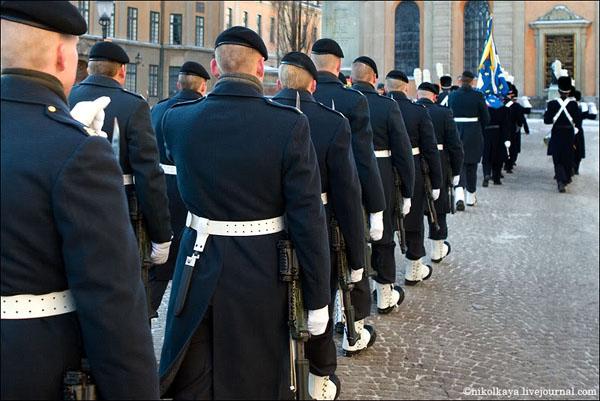 Смена караула начинается в полдень и привлекает большое число туристов, Стокгольм / Фото из Швеции