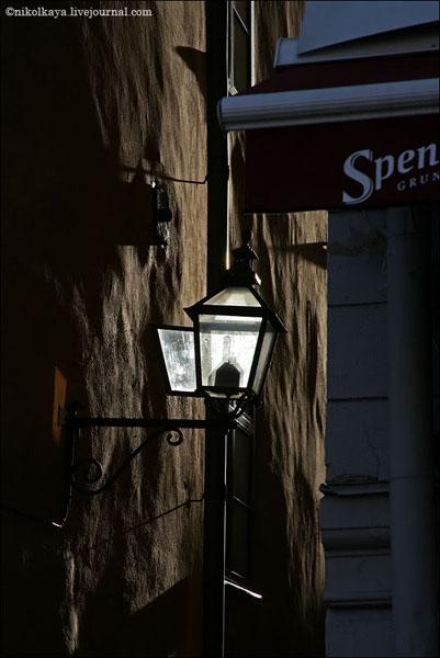 Фонарь на вечерней улочке в Гамла-Стане, Стокгольм / Фото из Швеции