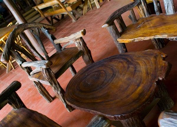 Традиционная мебель из дерева в одном из отелей, Пуэрто-Принсеса / Фото с Филиппин