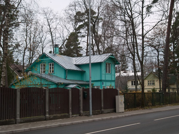 Красивый дом за высоким забором, Юрмала / Фото из Латвии