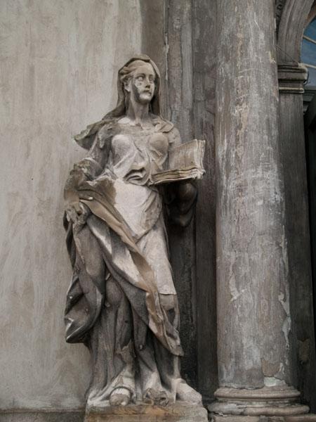 Скульптура у входа в собор Святой Троицы, Лиепая / Фото из Латвии