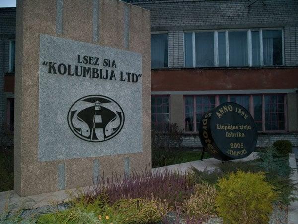 Парадный вход на завод по производству шпротов в Лиепае / Фото из Латвии