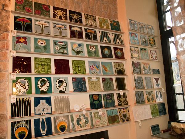 Плитка, выполненная в стиле ар-нуво / Фото из Латвии