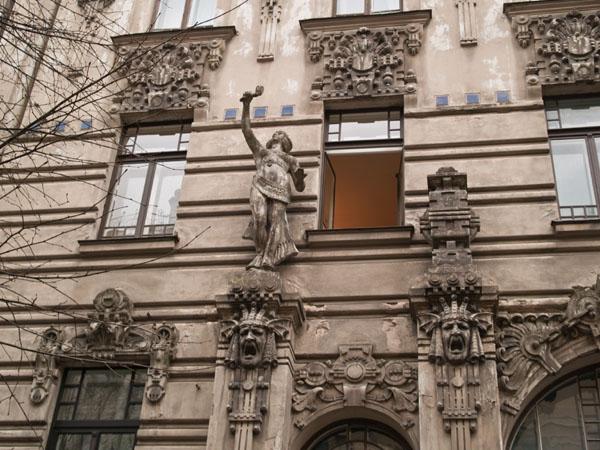 Эмоциональные стены дома в стиле модерн / Фото из Латвии