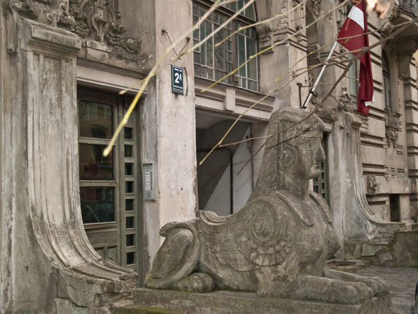 Парадный вход в здание в югендстиле, Рига / Фото из Латвии