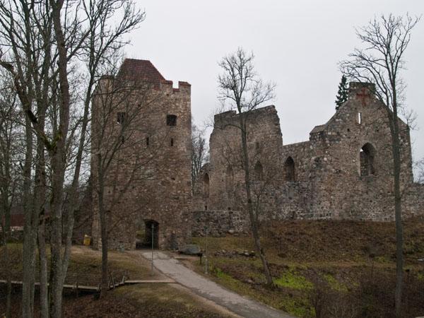 Стены старого замка в Сигулде / Фото из Латвии