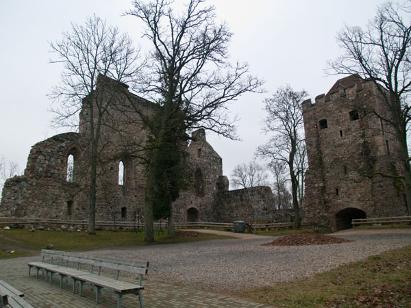 Внутренний двор в старом замке Сигулды / Фото из Латвии