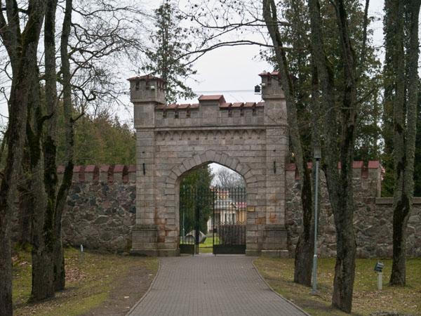Парадный вход во дворцовый парк, Сигулда / Фото из Латвии
