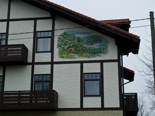 Дом с рисунком на стене в Сигулде / Фото из Латвии