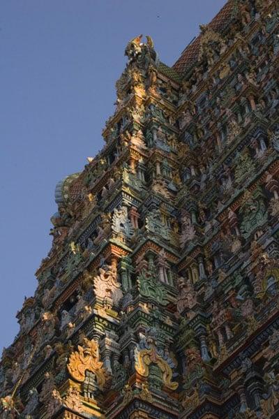 Башни храма Минакши Сундарешвары красиво украшены, Мадурай / Фото из Индии