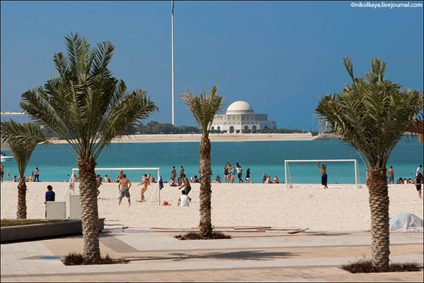 Пляж в Абу-Даби, ОАЭ / Фото из Бахрейна