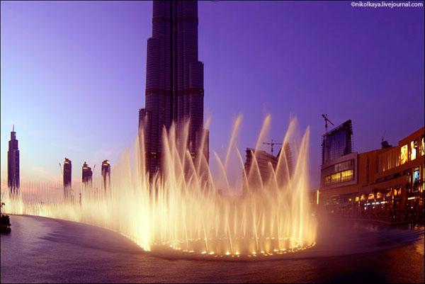 Шоу фонтанов около Бурдж-Халифа, Дубай / Фото из Бахрейна