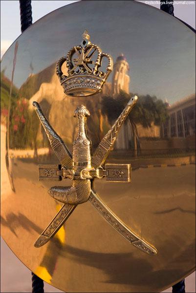 Герб Омана / Фото из Бахрейна