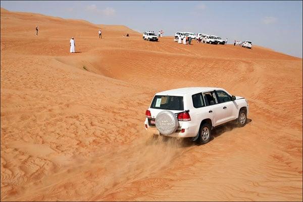 Белый джип освобожден и продолжает свой путь по пустыне, Оман / Фото из Бахрейна
