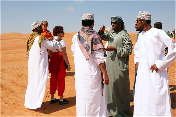 Водители и туристы посреди пустыни в Омане / Фото из Бахрейна
